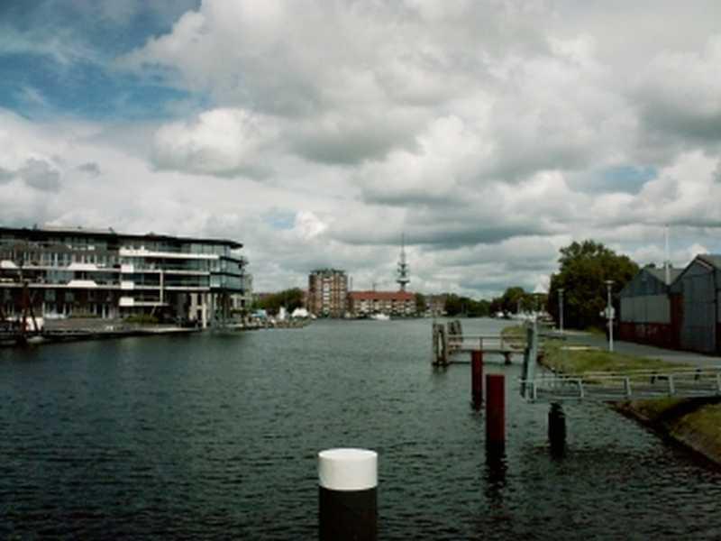 Der alte Binnenhafen in Emden mitten in der Innenstadt Emdens